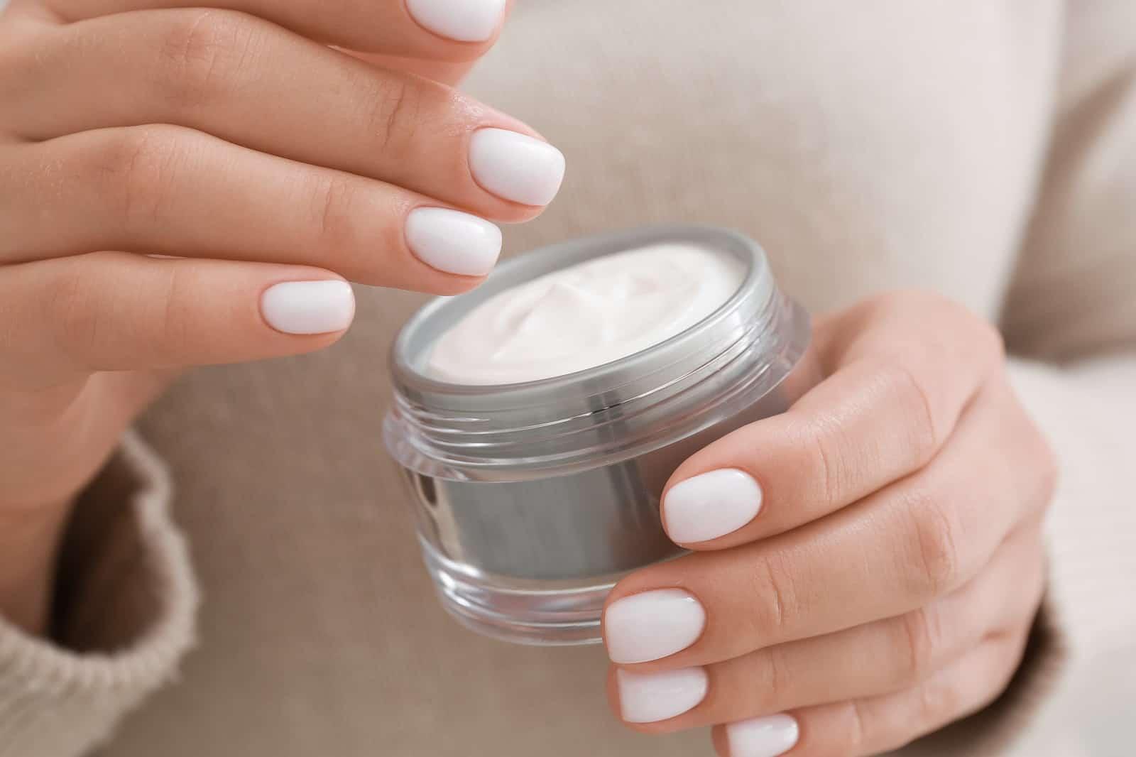 Kiedy powinno zacząć się używać kosmetyków przeciwzmarszczkowych i czy warto sięgać po te z oznaczeniem wieku?