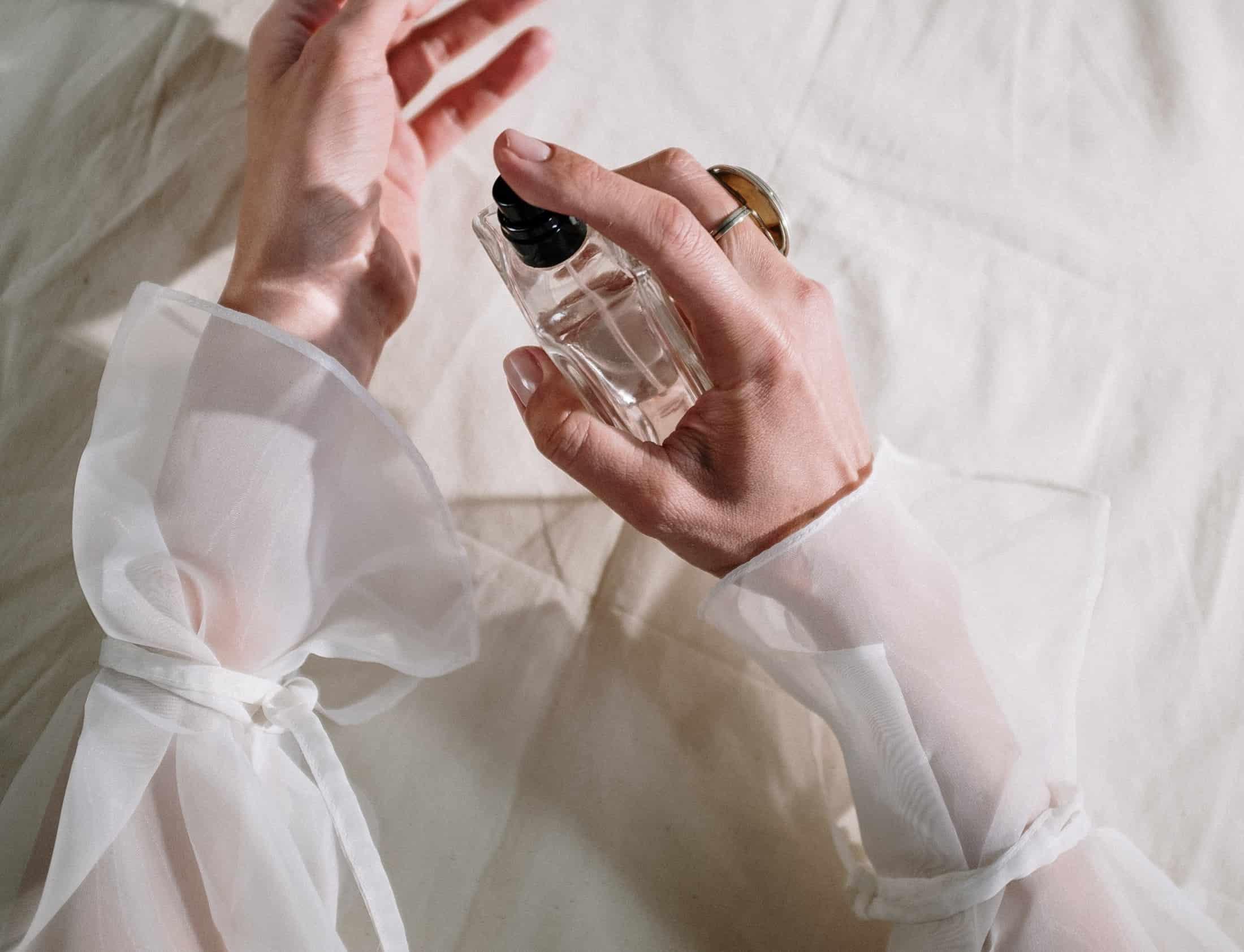 Te perfumy działają jak feromony! Poznaj zapachy, które mogą zastąpić afrodyzjaki